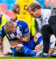 Sebastian Eriksson undersöks efter skadan. CARL SANDIN / BILDBYRÅN