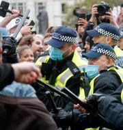 Kravallpolis och demonstranter i London.  Frank Augstein / TT NYHETSBYRÅN