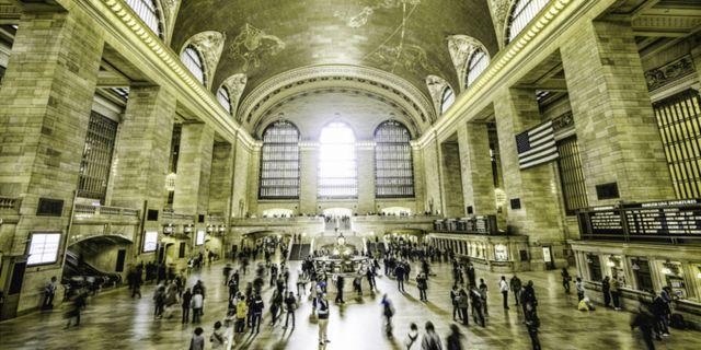 Grand Central Station sedd av någon som har protanopi och alltså förväxlar röda, gröna och gula nyanser. Lenstore
