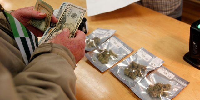 Kund köper marijuana Mathew Sumner / TT NYHETSBYRÅN/ NTB Scanpix