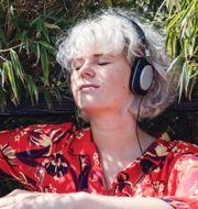 Illustrationsbild; en person som lyssnar på en ljudbok. TT