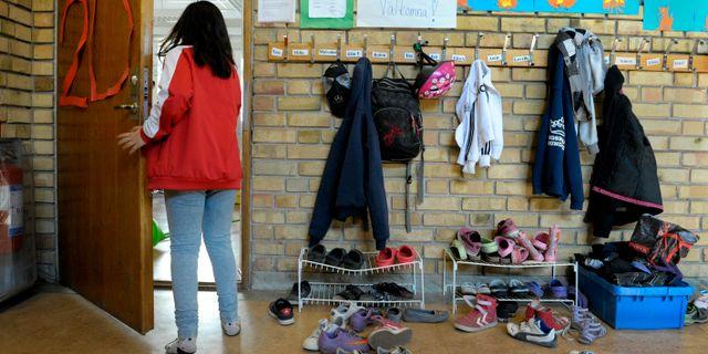 En flicka går in i ett klassrum från en skolkorridor. Arkivbild. JANERIK HENRIKSSON / TT / TT NYHETSBYRÅN