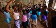 Kenyanska skolflickor övar balett i Kibera-slummen i Nairobi.  Ben Curtis / TT / NTB Scanpix