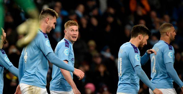 Manchester Citys Kevin de Bruyne med lagkamrater Rui Vieira / TT NYHETSBYRÅN