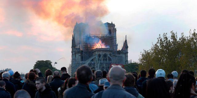 Katedralen i brand i måndags. Thibault Camus / TT NYHETSBYRÅN