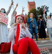 Kvinnor som protesterar i Minsk.  Dmitri Lovetsky / TT NYHETSBYRÅN