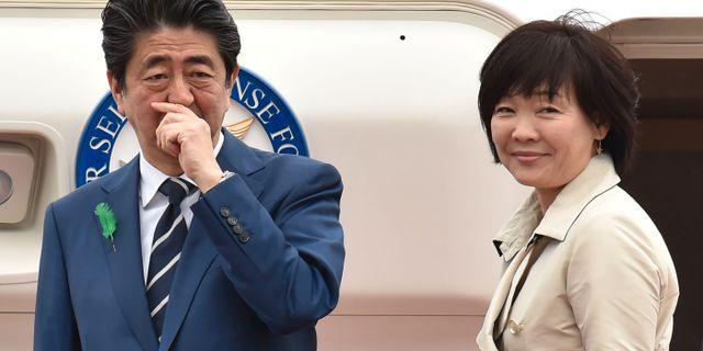 Shinzo Abe och hustrun Akie, 17 april. KAZUHIRO NOGI / AFP