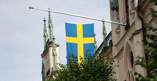 Flagga på halvstång i centrala Örebro.  Jeppe Gustafsson / TT NYHETSBYRÅN