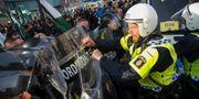 Demonstranter från Nordiska motståndsrörelsens (NMR) konfronteras av kravallpoliser vid demonstrationen i centrala Göteborg i september 2017. Adam Ihse/TT / TT NYHETSBYRÅN