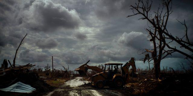 42-årige Mos Antenor försöker städa upp resterna efter orkanen Dorian. Bilden är tagen igår – och nu är nästa oväder på väg mot Bahamas. Ramon Espinosa / TT NYHETSBYRÅN