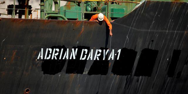 """Fartyget hade på söndagen fått ett nytt namn målat på skrovet, """"Adrian Darya-1"""". Det tidigare namnet, Grace 1, sågs övermålat.  JON NAZCA / TT NYHETSBYRÅN"""