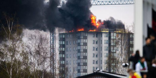 Ett hus brinner intill fotbollsmatchen i Allsvenskan mellan Falkenberg och Sirius. KRISTER ANDERSSON / BILDBYRÅN