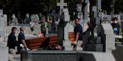 Begravning för en person som dog av covid-19 i Madrid i torsdags. Manu Fernandez / TT NYHETSBYRÅN