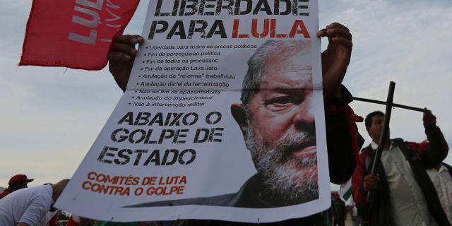 Många i Brasiliens befolkning ville se Lula som presidentkanditat igen.  Eraldo Peres / TT / NTB Scanpix