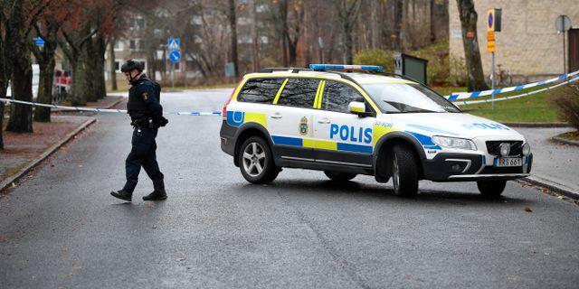 Stor polisinsats i Sundbyberg efter att en man avlossat skott i en lägenhet under natten Pontus Lundahl/TT / TT NYHETSBYRÅN