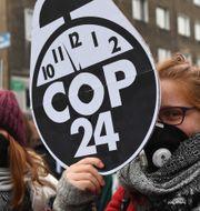 Demonstranter utanför klimatmötet. JANEK SKARZYNSKI / AFP