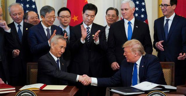 Trump och Liu vid ceremonin där de undertecknat fas ett i handelsavtalet. KEVIN LAMARQUE / TT NYHETSBYRÅN