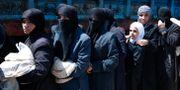 Syriska kvinnor i matkö i Douma. Hassan Ammar / TT NYHETSBYRÅN/ NTB Scanpix