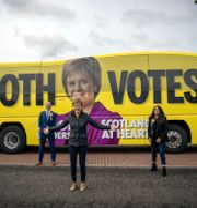 Nicola Sturgeon kampanjar i Airdrie i Skottland. Jane Barlow / TT NYHETSBYRÅN