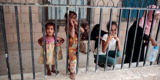Flickor som flytt från Hodeida. Hani Mohammed / TT NYHETSBYRÅN