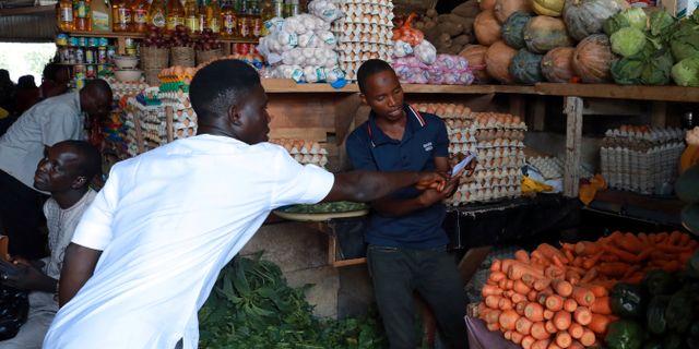 Folk på matmarknaden i Abuja. AFOLABI SOTUNDE / TT NYHETSBYRÅN