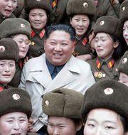 Kim Jong-Un omgiven av kvinnliga nordkoreanska soldater. TT NYHETSBYRÅN