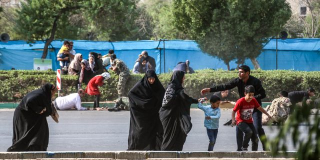 Människor försöker ta skydd under attacken mot militärparaden. MORTEZA JABERIAN / ISNA