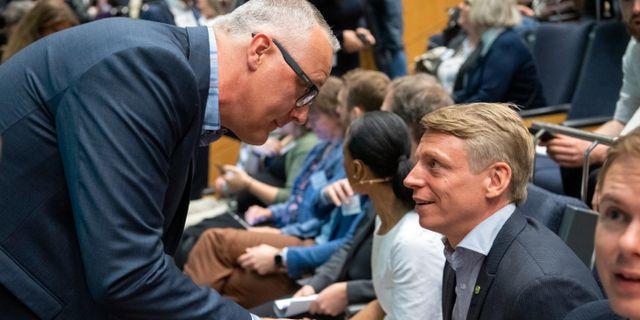 Magnus Wåhlin hälsar på Per Bolund under kongressen. Henrik Montgomery/TT / TT NYHETSBYRÅN