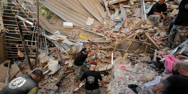 Räddningsarbetare söker efter överlevare i rasmassorna.  Hassan Ammar / TT NYHETSBYRÅN