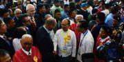 Thein Sein skakar händer vid signeringsceremonin. AFP / AFP