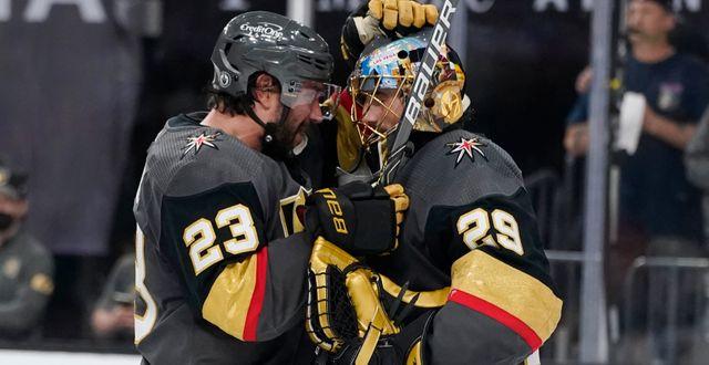 Vegasbacken Alec Martinez kramar om målvakten Marc-Andre Fleury efter segern John Locher / TT NYHETSBYRÅN