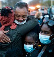 Jesse Jackson omfamnar demonstranter under en protest mot att en annan svart man dödats av polis, inte långt från den plats där George Floyd dog. John Minchillo / TT NYHETSBYRÅN