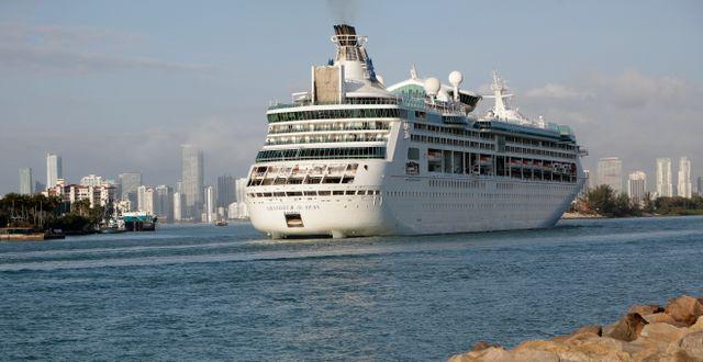 Arkivbild: Ett kryssningsfartyg från Royal Carribean stävar in i hamnen i Miami, Florida. (Bilden är från före coronavirusets utbrott) Lynne Sladky / TT NYHETSBYRÅN