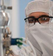 Arkivbild: En tekniker vid ett labb i Argentina. Argentina är ett av länderna som tecknat avtal med Astrazeneca om att tillverka det coronavaccin som bolaget försöker ta fram tillsammans med Oxforduniversitetet. Natacha Pisarenko / TT NYHETSBYRÅN