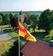Yttergrans kyrka i Uppland. En flagga från Svenska kyrkan i förgrunden. Fredrik Sandberg/TT / TT NYHETSBYRÅN
