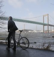 Man med en cykel nedanför Älvsborgsbron i Göteborg.  Adam Ihse/TT / TT NYHETSBYRÅN