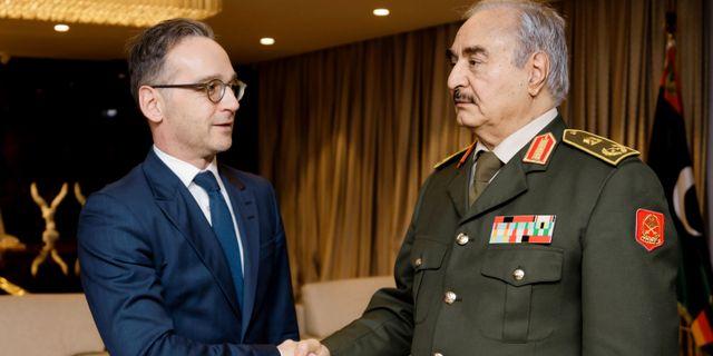 Khalifa Haftar (höger) hälsar på Tyskland utrikesminister Heiko Maas under fredagen. Xander Heinl/photothek.net / TT NYHETSBYRÅN