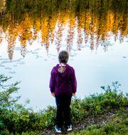 Flicka vid sjö/Illustrationsbild Gorm Kallestad / TT NYHETSBYRÅN