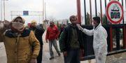 Hälsoarbetare testar folk för corona nära syrisk-turkiska gränsen. KHALIL ASHAWI / TT NYHETSBYRÅN