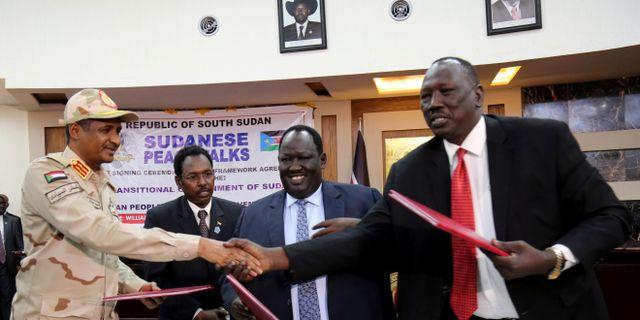 Parterna skrev under avtalet i Sydsudan. JOK SOLOMUN / TT NYHETSBYRÅN