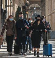 Kvinnor med munskydd i Paris. Michel Euler / TT NYHETSBYRÅN