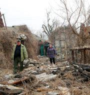Invånare besöker sina hem i de separatistkontrollerade delarna av Ukraina för att samla ihop sina ägodelar efter artilleribeskjutning tidigare i april TT NYHETSBYRÅN
