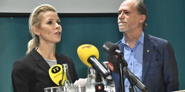 Moderaternas Anna König Jerlmyr tillsammans med Miljöpartiets Daniel Helldén vid fredagens pressträff.  Claudio Bresciani/TT / TT NYHETSBYRÅN