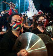 Människor på Plaza Italia efter omröstningen.  Esteban Felix / TT NYHETSBYRÅN