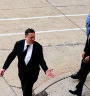 Musk lämnar rätten i Wilmington, Delaware, efter första rättegångsdagen. Matt Rourke / TT NYHETSBYRÅN