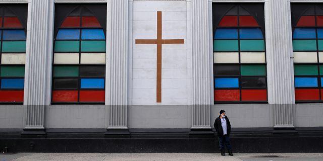 En person fotograferad bredvid en kyrka i Harlem på norra Manhattan i New York. MIKE SEGAR / TT NYHETSBYRÅN