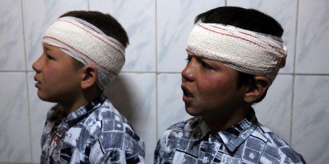 Två bröder plåstras om på ett sjukhus efter attackerna.  Rahmat Gul / TT NYHETSBYRÅN