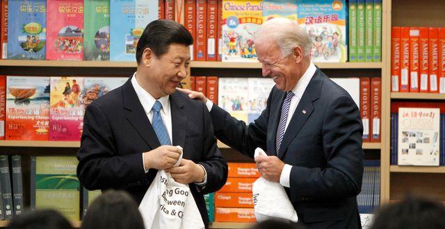 Arkivbild: Joe Biden, under sin tid som vicepresident, tillsammans med Kinas ledare Xi Jinping. Damian Dovarganes / TT NYHETSBYRÅN