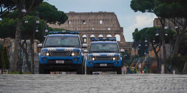 Polisbilar patrullerar framför Colosseum i Rom. Andrew Medichini / TT NYHETSBYRÅN