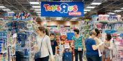 Arkivbild: Kunder handlar i Toys R Us-butik i Florida.  Alan Diaz / TT / NTB Scanpix